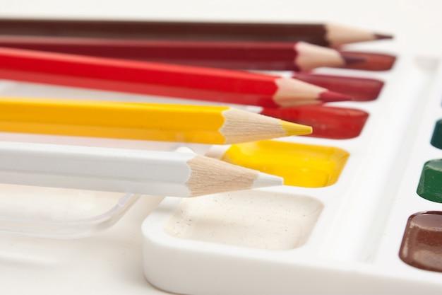 Crayons de couleur et aquarelles