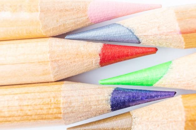 Crayons de couleur art aiguisés bouchent sur blanc