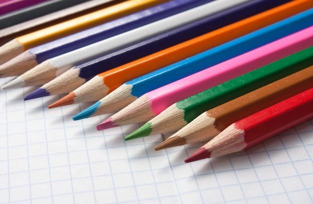 Crayons de couleur au cahier d'école