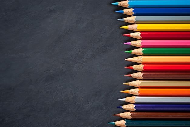 Crayons de couleur au tableau.