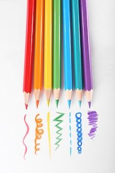 Crayons de couleur sur blanc