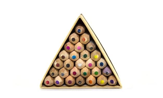 Crayons de couleur en bois dans un emballage triangulaire.