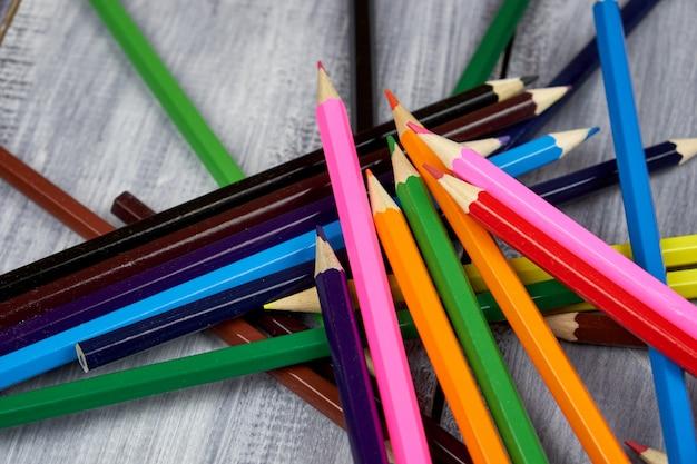 Crayons de couleur sur bois gris