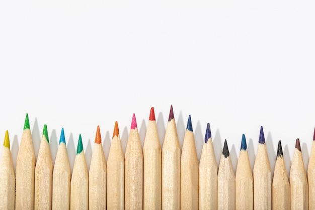 Crayons de couleur en bois isolés sur blanc. vue de dessus espace copie
