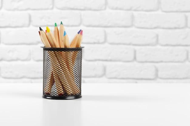 Crayons de couleur en busket