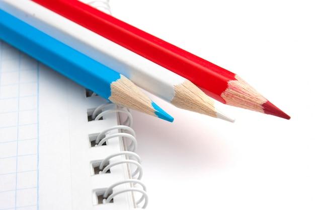 Crayons de couleur et cahier isolé