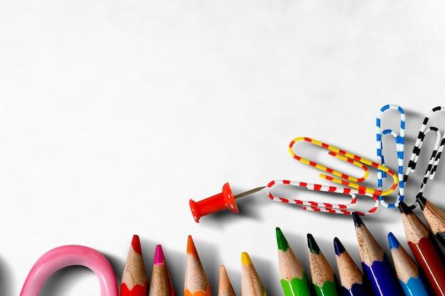 Crayons de couleur et ciseaux sur le bureau. retour au concept de l'école