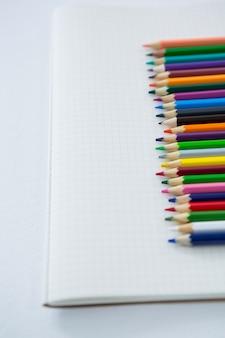 Crayons de couleur conservés sur le livre