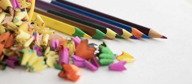 Les crayons de couleur et les crayons de nettoyage se trouvent. fournitures scolaires et de bureau.