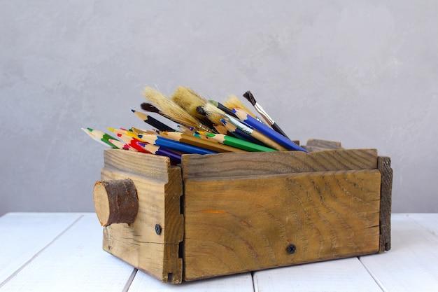 Crayons de couleur dans une boîte en bois