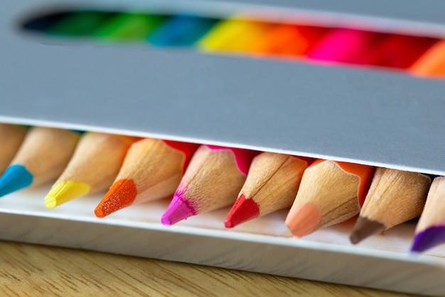 Crayons de couleur dans une boîte en carton gris,
