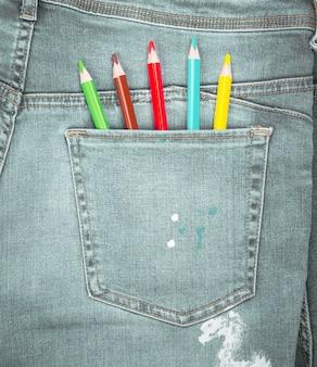 Crayons de couleur dans la poche arrière du blue jean
