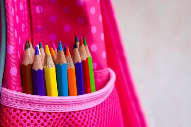 Crayons de couleur dans le sac à dos