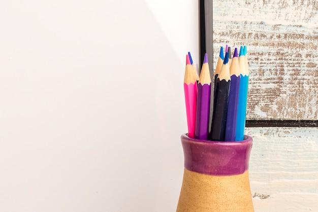 Crayons de couleur dans un vase. copier l'espace