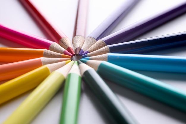 Crayons de couleur disposés en cercle libre