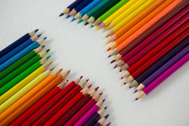 Crayons de couleur disposés dans une rangée