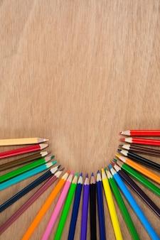 Crayons de couleur disposés en demi-cercle