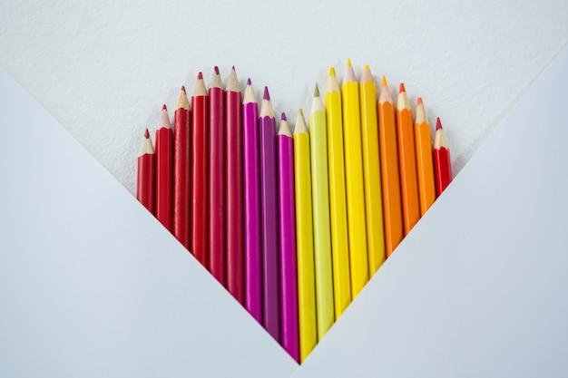 Crayons de couleur disposés en forme de coeur