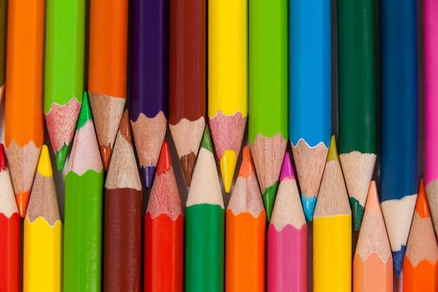 Crayons de couleur disposés en motif imbriqué