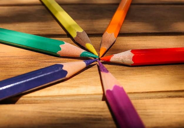 Crayons de couleur drapeau gay pride