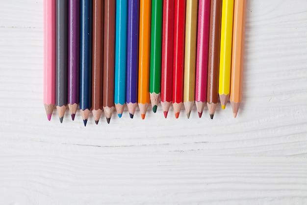 Crayons de couleur avec espace copie isolé sur fond blanc, concept de cadre d'éducation.