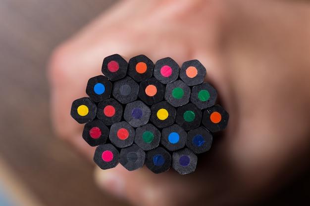 Crayons de couleur avec flou.