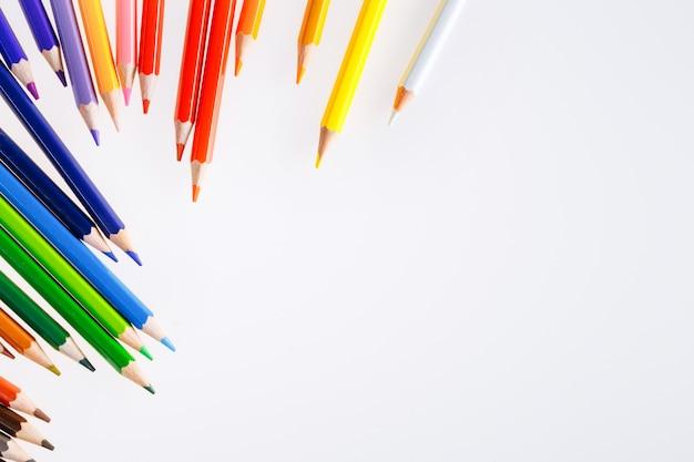 Crayons de couleur sur fond blanc. espace libre pour le texte. outils pour le dessin, l'éducation, l'école, la créativité.