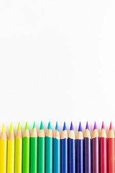 Crayons de couleur avec fond blanc triés par palette de couleurs et droits