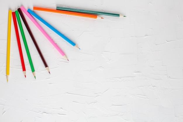Crayons de couleur sur fond blanc.