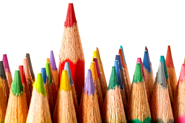 Crayons de couleur sur fond blanc