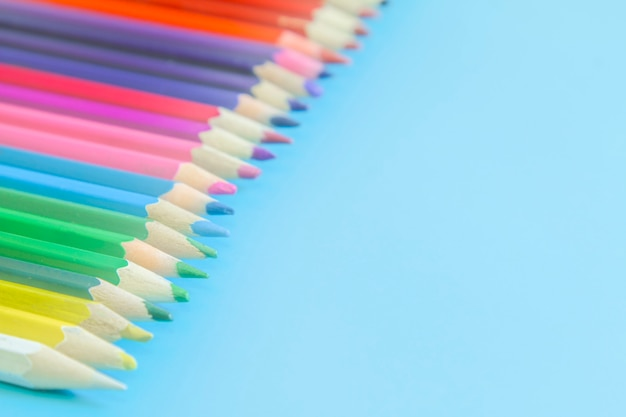 Crayons de couleur sur fond bleu