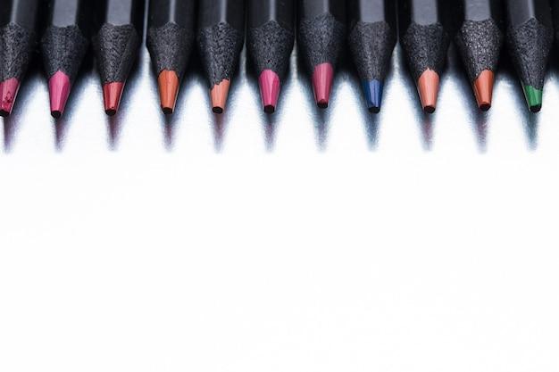 Crayons de couleur sur fond gris avec espace de copie