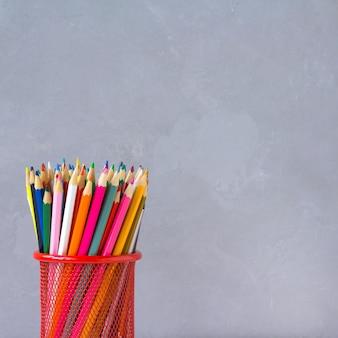 Crayons de couleur fond gris