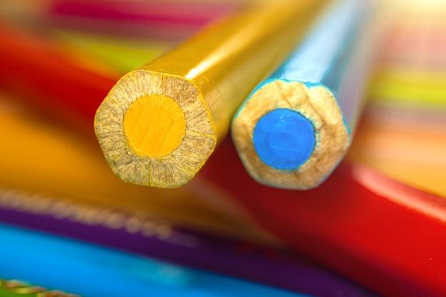 Crayons de couleur fond gros plan pigment
