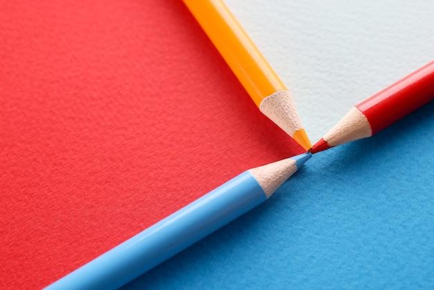 Crayons de couleur sur fond multicolore connecté avec point ensemble