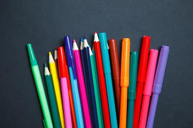 Crayons de couleur sur fond sombre