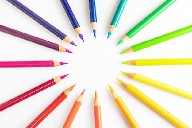 Crayons de couleur formant un cercle au centre, disposés par plages