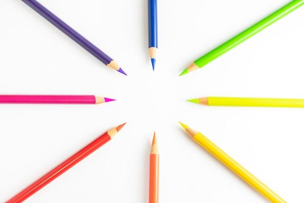 Crayons de couleur formant un cercle au centre