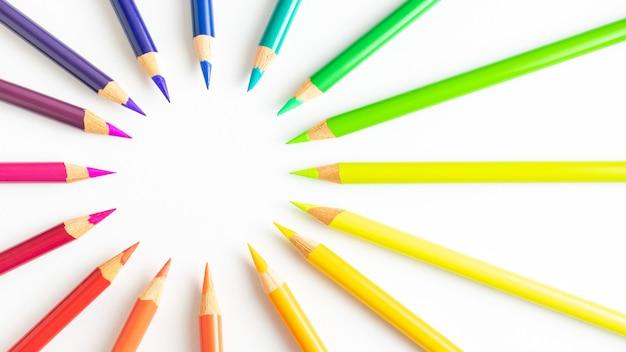 Crayons de couleur formant un cercle ordonné par rangées