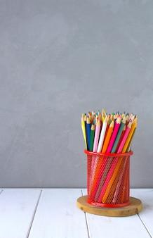 Crayons de couleur sur gris