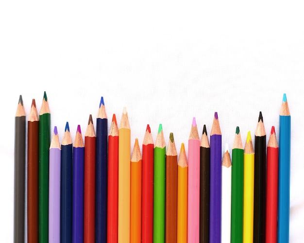 Crayons de couleur isolé sur fond blanc avec espace de texte