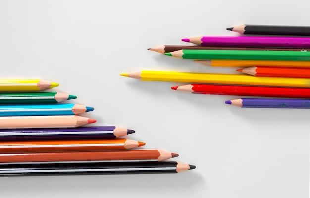 Crayons de couleur isolés sur blanc