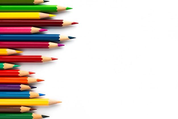 Crayons de couleur isolés sur fond blanc avec fond