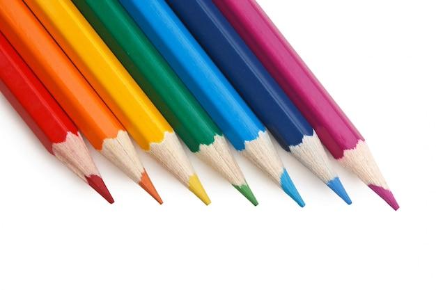Crayons de couleur isolés sur fond blanc