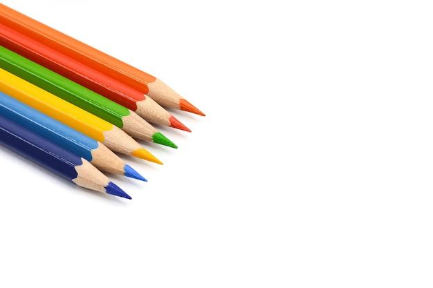 Crayons de couleur isolés sur fond blanc.
