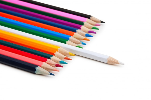 Crayons de couleur isolés sur un mur blanc
