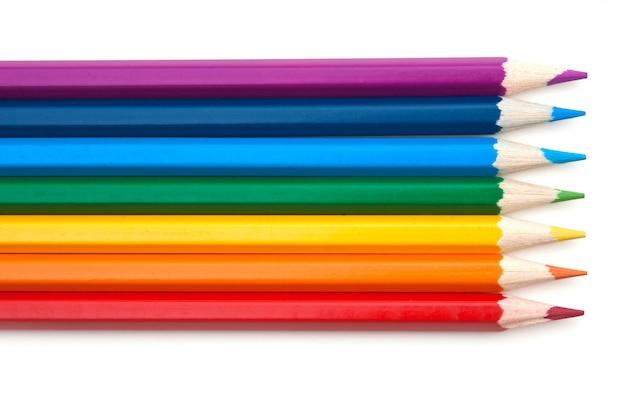 Crayons de couleur isolés sur une surface blanche