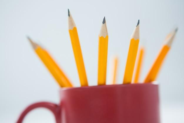 Crayons de couleur jaune conservés dans une tasse