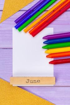 Crayons de couleur et marqueurs avec du papier vierge