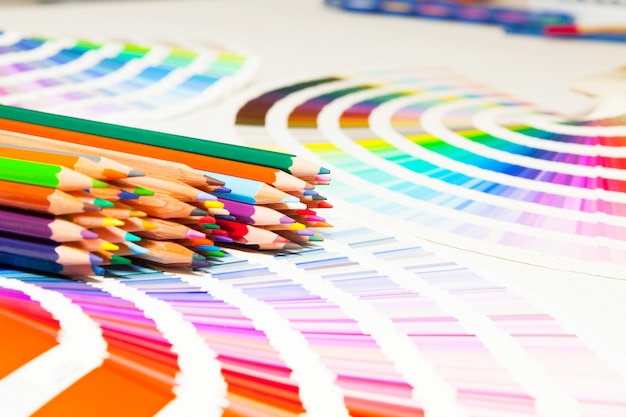 Crayons de couleur et nuancier de toutes les couleurs